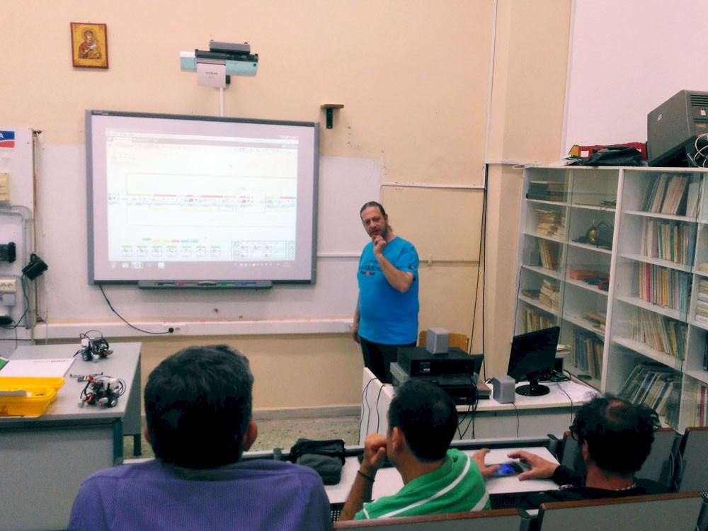 Η καθηγητής Ανδρέας Τσιμπούρης σε μάθημα ενηλίκων
