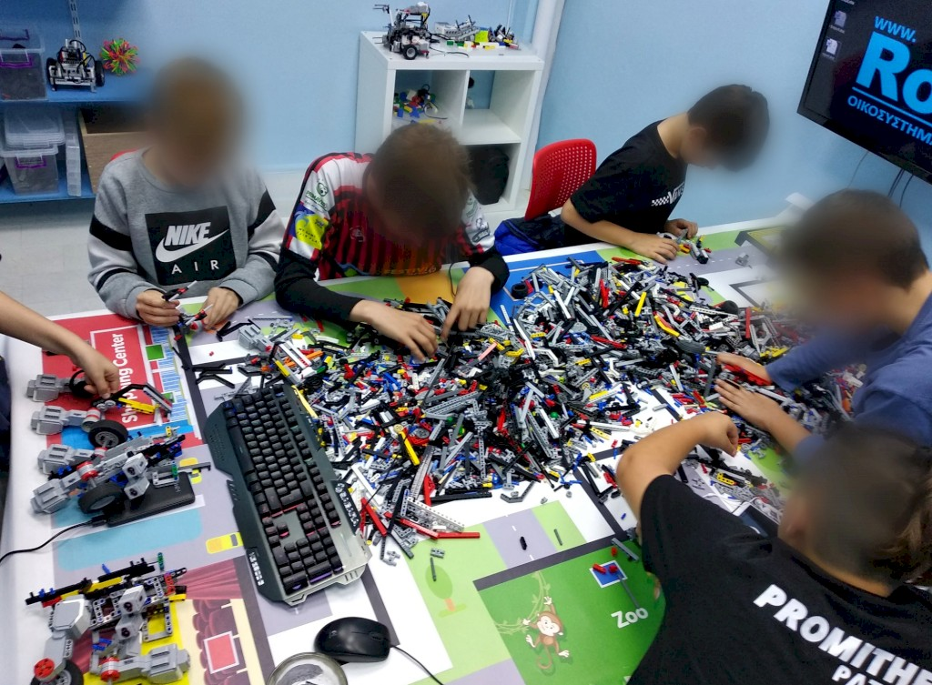 Μαθητές προσπαθούν να κατασκευάσουν ρομπότ από lego με ev3