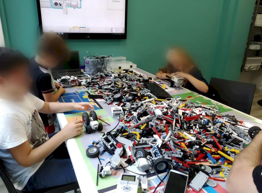 Μαθητές προσπαθούν να κατασκευάσουν ρομπότ από lego με ev3 με την καθοδήγηση του εκπαιδευτή