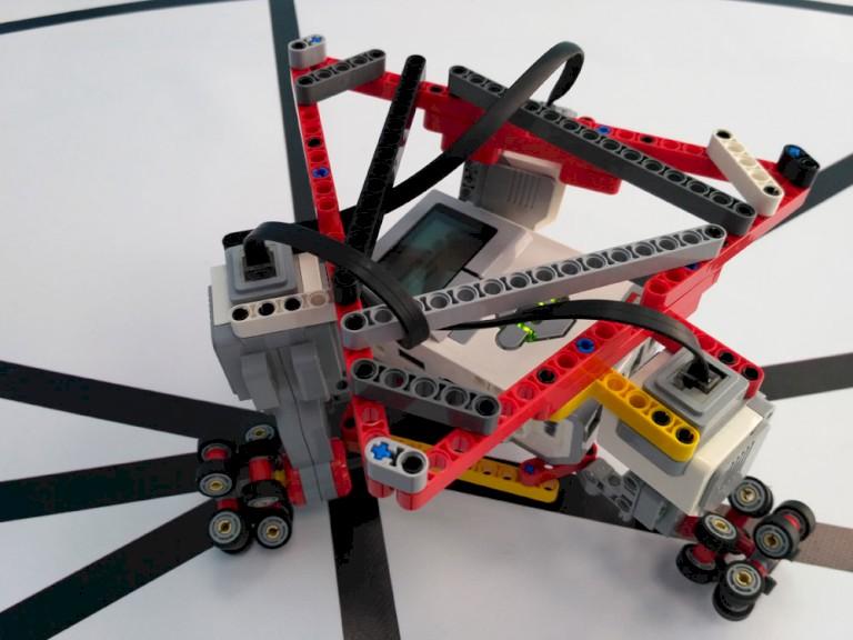 Παντοκατευθυντικό τρίγωνικό ρομπότ με Omni Wheels
