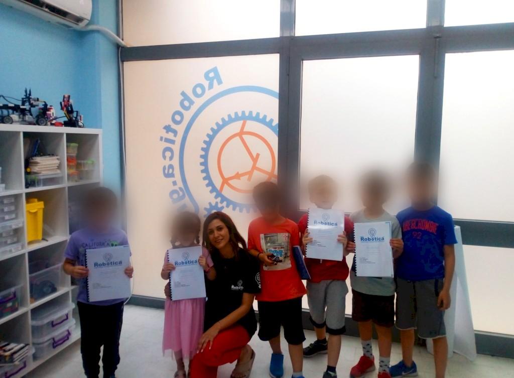 Η καθηγήτρια Κωνσταντίνα Καΐτσα αποχαιρετά τους μαθητές της και τους δίνει την προσωπική τους αναφορά